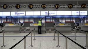 Ein Mitarbeiter am Flughafen in Manchester