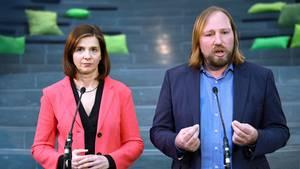 Die Fraktionsvorsitzenden im Bundestag von Bündnis 90/Die Grünen, Katrin Göring-Eckardt und Anton Hofreiter, sprechen zu Journalisten.