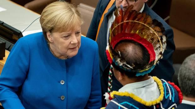 Bundeskanzlerin Angela Merkel bei der UN-Klimakonferenz in New York im Gespräch mit anderen Teilnehmern