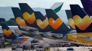 Leitwerke von in Manchester abgestellten Flugzeugen von Thomas Cook