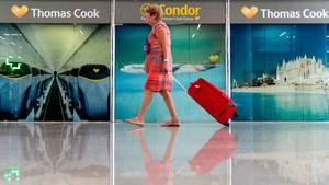 Eine Passagierin geht auf dem Flughafen von Palma