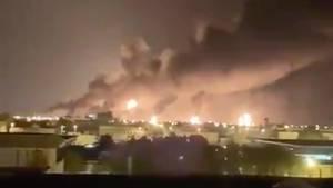 Die brennende Ölraffinerie in Abqaiq nach dem Raketen- und Drohnenangriff