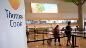 Thomas Cook - leere Schalter und Touristen, die Orientierung suchen