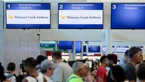 Mexiko, Cancun: Gestrandete Touristen stehen vor dem Thomas-Cook-Schalter am Flughafen