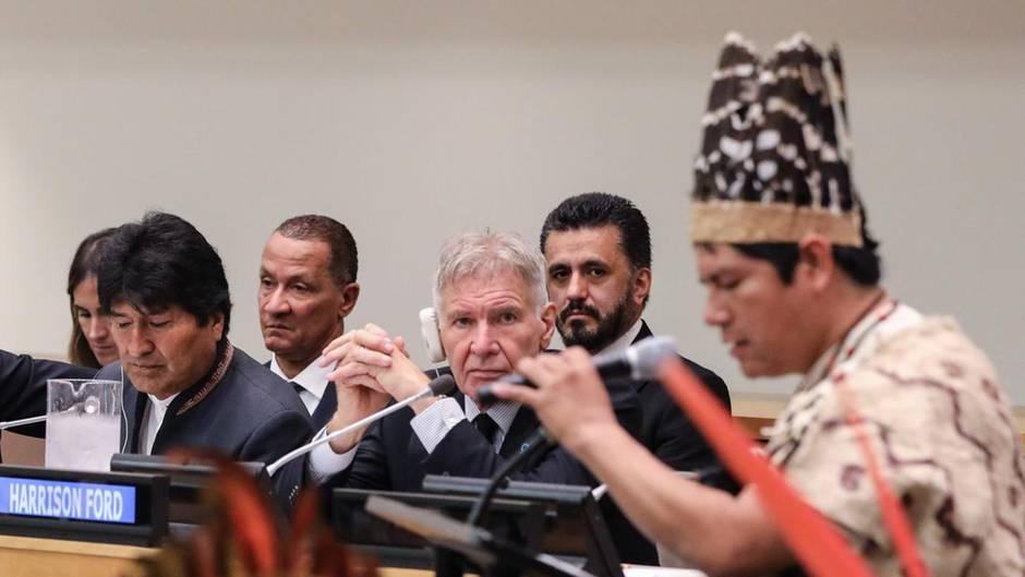 Harrison Ford sitzt neben Evo Morales, dem bilivianischen Präsidenten