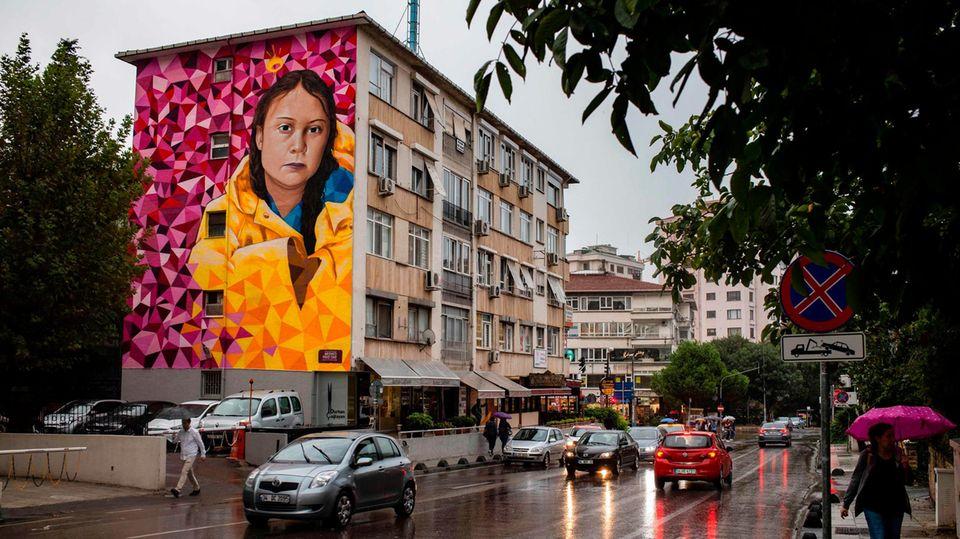 Die schwedische Klimaaktivistin Greta Thunberg, gemalt auf ein Haus im türkischen Istanbul