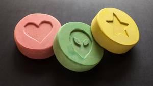 Dre Ecstasy-Pillen übereinander liegend