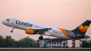Ein Passagierflugzeug der Fluggesellschaft Condor