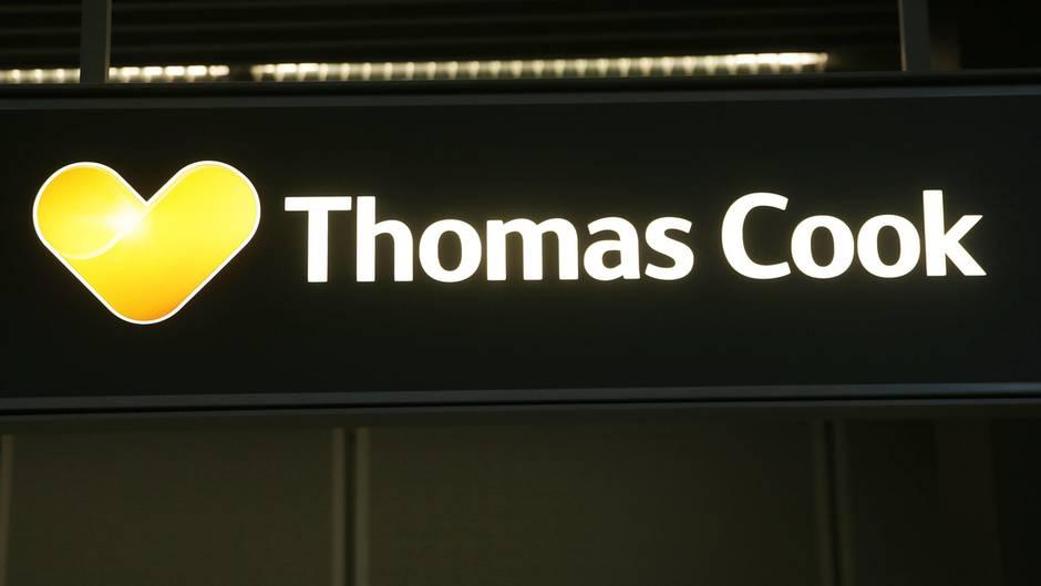 Der Name Thomas Cook steht an einem Schalter am Flughafen Düsseldorf