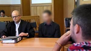 Der Angeklagte wartet neben seinem Anwalt auf den Prozessbeginn.