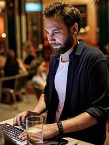 Journalist und Blogger Florian Schweitzer an seinem Laptop