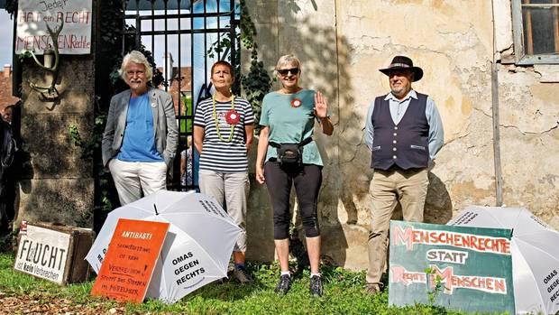 Vor einer Rede von Sebastian Kurz demonstrieren Bürger