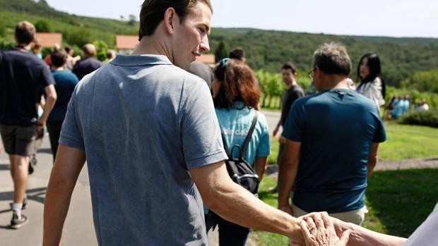 Sebastian Kurz mit Unterstützern auf einem Wanderweg
