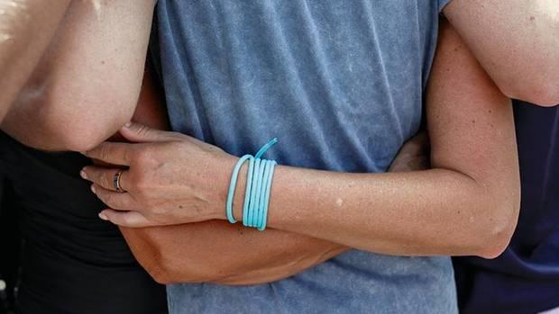 Sebastian Kurz legt den Arm auf die Schultern zweier Unterstützer