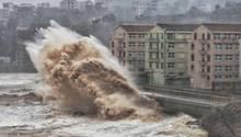 Wellen knalle im August in der chinesischen KüstenstadtTaizhou an Land