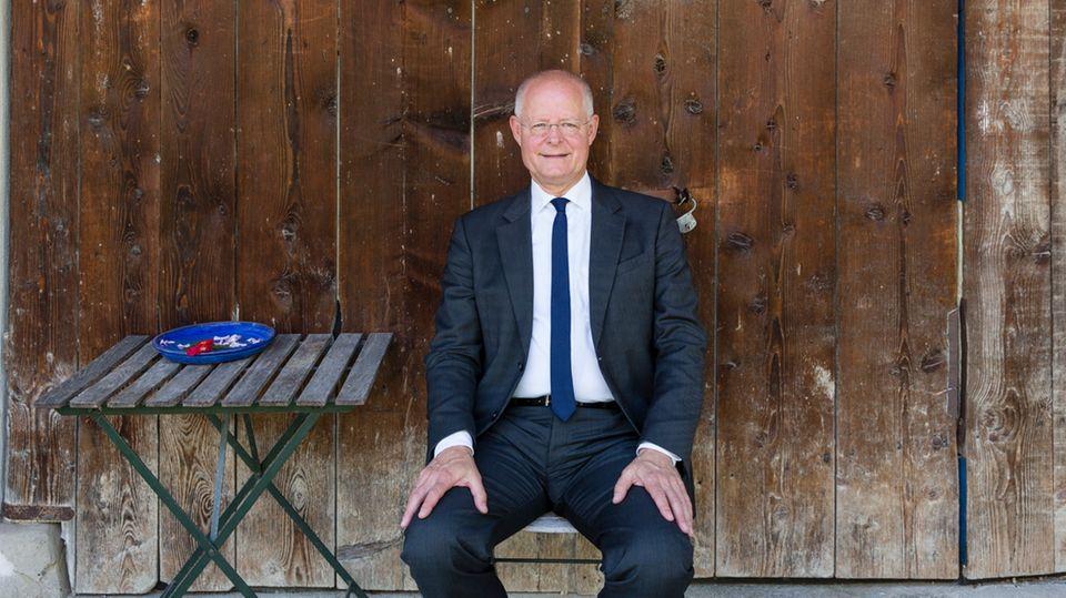 Coach Peter Modler sitzt auf einem Gartenstuhl