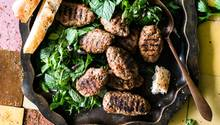 Türkische Hackfleischbällchen, hier mit Minze und Petersilie serviert