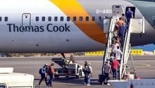 Passagiere besteigen am Flughafen von Kreta einen Jet der Condor,die zur Thomas Cook Airline Group gehört