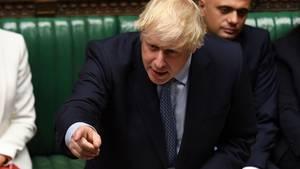 Der britische Premier Boris Johnson spricht im Parlament und zeigt dabei mit der rechten Hand auf einen Abgeordneten