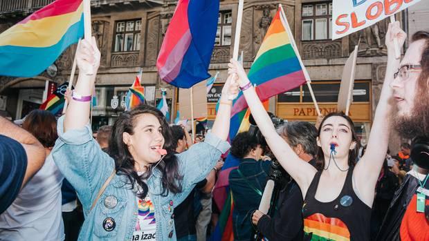 Sie feiern sich, die Liebe und die Freiheit und machen dabei so viel Lärm, dass die ganze Stadt es hört