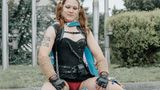Elisabeth aus London hat die Transgenderflagge umgebunden