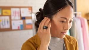 Eine Frau mit dem neuen Echo Loop - ein smarter Ring mit Alexa-Anbindung