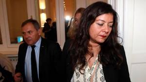 Sandra Muller und ihr Anwalt Francis Spizner gucken ernst