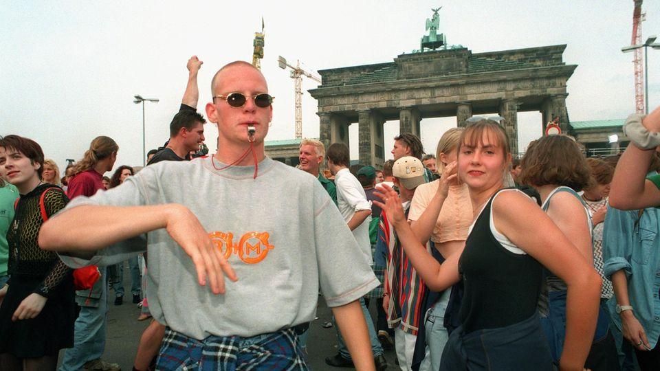 Zwei junge Menschen tanzen bei der Love Parade 1996