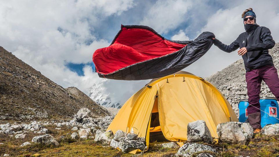 Der Bergsteiger Jost Kobusch steht 2017 im Basislager (5090m) des Nangpai Gosum II, den er später als erster Mensch bestieg