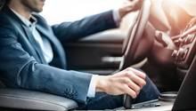 Mann fährt im Auto