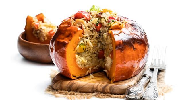 Gebackener Kürbis gefüllt mit Reis
