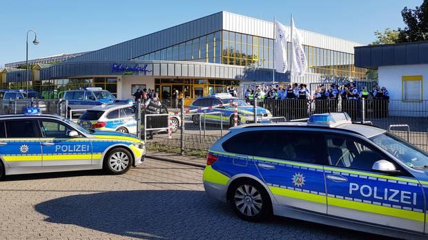 Zahlreiche Polizeifahrzeuge stehen am späten Nachmittag vor dem Rheinbad
