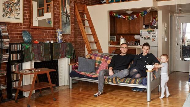 In jeder New Yorker Wohnung ließ die Kleinfamilie ein Foto von sich machen. Meistens auf dem Sofa – ihrem Lieblingsmöbelstück