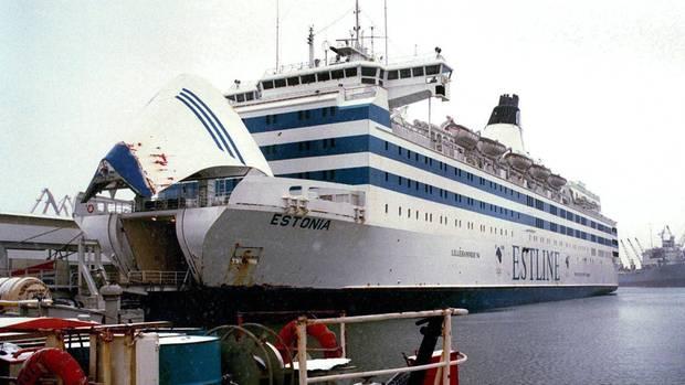 """Mit geöffneter Bugklappe: Passagierfähre """"Estonia"""" in den Docks in Tallinn am Estliner Fährterminal"""