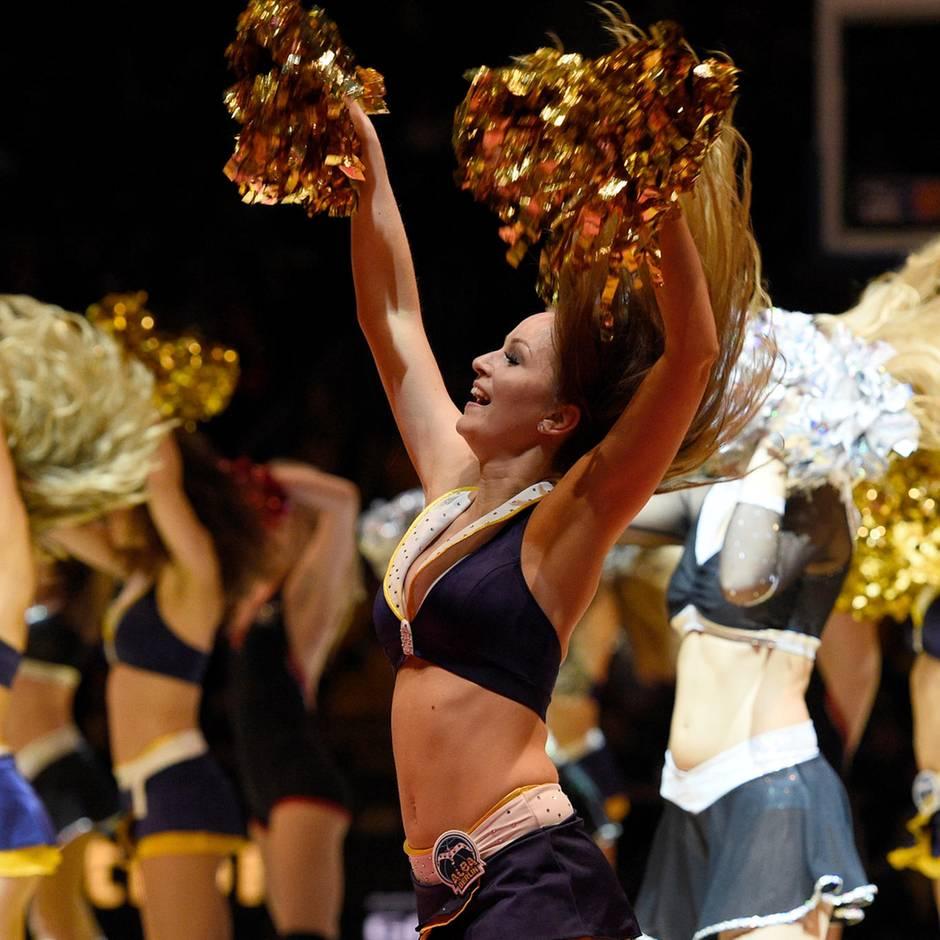 Schönes Pausenprogramm: Nur Puschelwedeln und Popowackeln? Cheerleader wehren sich gegen Sexismus-Verdacht