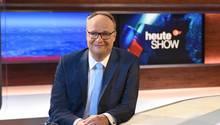 """Oliver Welke, Moderator der """"heute-show"""" (ZDF) sitzt in der Kulisse der Sendung"""