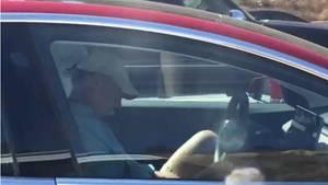 Tesla-Fahrer schläft während der Fahrt ein