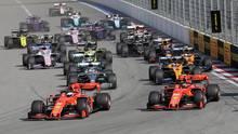 Sebastian Vettel biegt nach einem perfekten Start als Erster in die Kurve