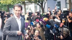Sebastian Kurz spricht zu den Medien, nachdem er seine Stimmeabgegeben hat
