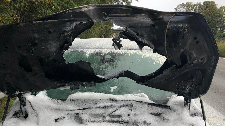 Ein Blick auf den Motorraum eines PKW, der nach erheblichen Brand mit Löschschaum bedeckt ist
