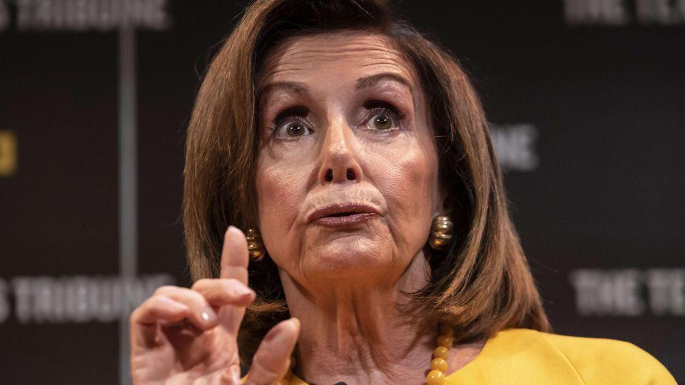 Nancy Pelosi hebt den Finger und spricht über den Moment der Wahrheit