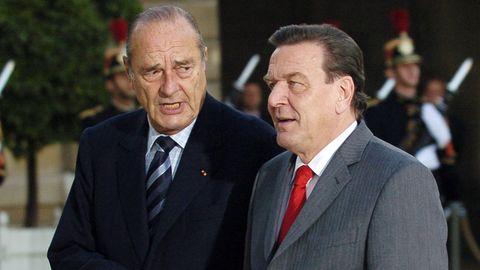 Zwei Staatsmänner, die sich gut verstanden haben: Jacques Chirac (li.) und Gerhard Schröder (im Jahr 2005). Trotzdem fehlt der Altkanzler bei der Trauerfeier für Chirac.