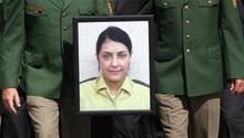 Beim Trauermarsch in Böblingen 2007 tragen Kollegen ein Porträt der ermordeten Polizistin Michèle Kiesewetter