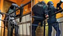 Einsatzkräfte der spanischen Guardia Civil stürmen eine Wohnung in Katalonien.