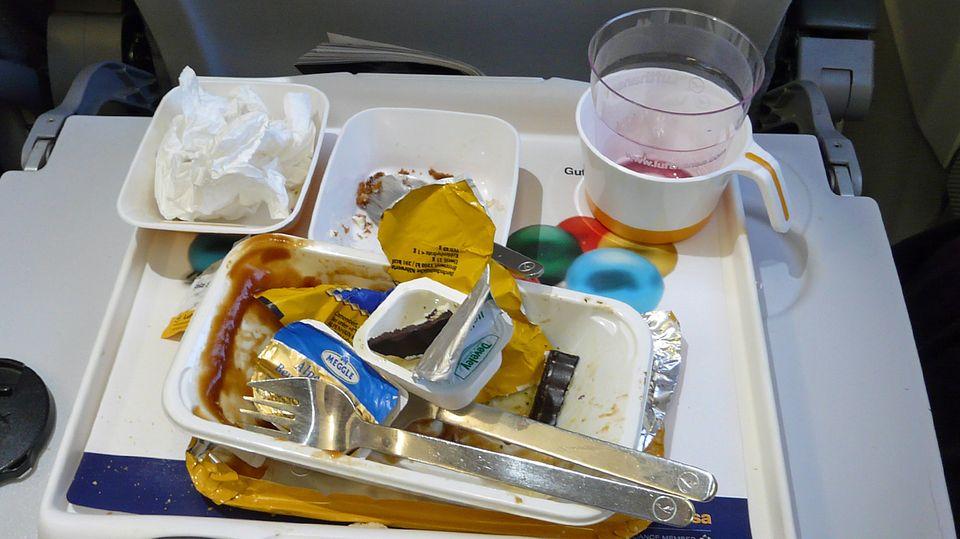 Nach Angaben der International Air Transport Association produziert einPassagier pro Flug im Durchschnitt 1,4 Kilogramm Abfall