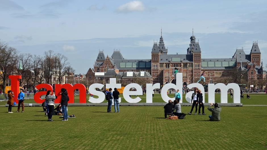 Selfie-Hotspot in Amsterdam: Die Wiese mit Amsterdam-Schriftzug vor demRijksmuseum