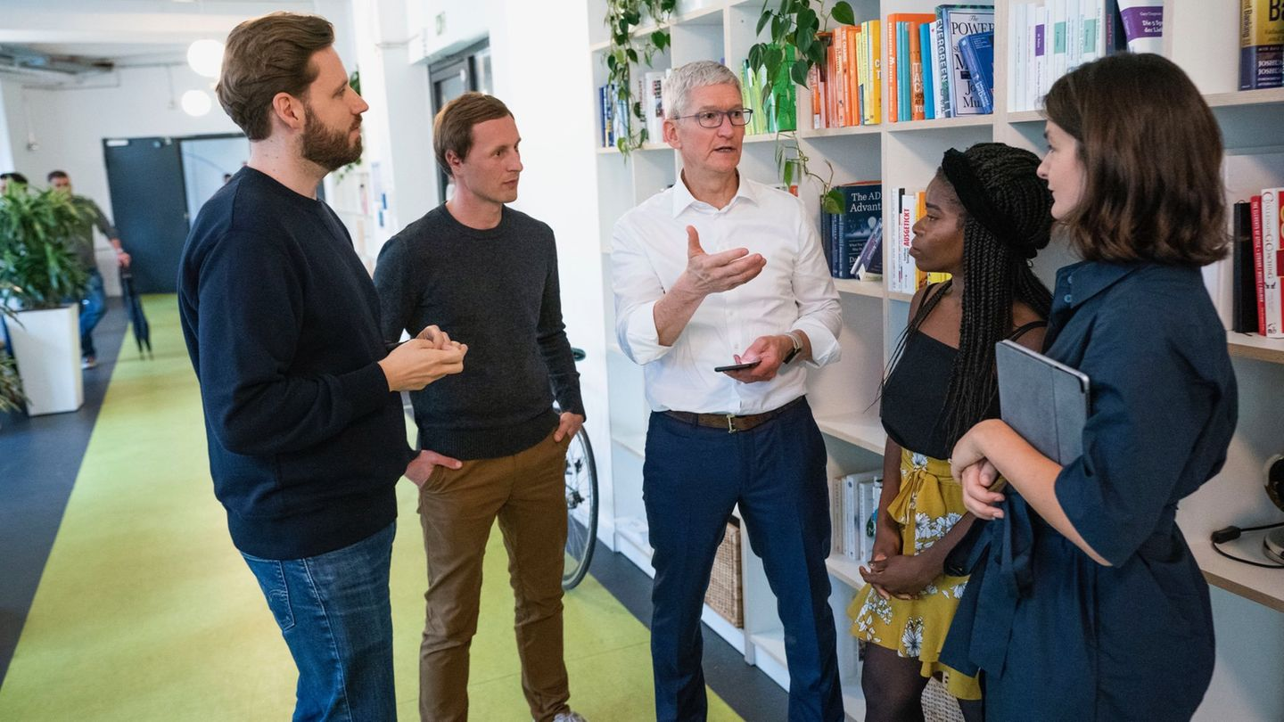 Apple-Chef Tim Cook besucht das Berliner Start-up Blinkist.