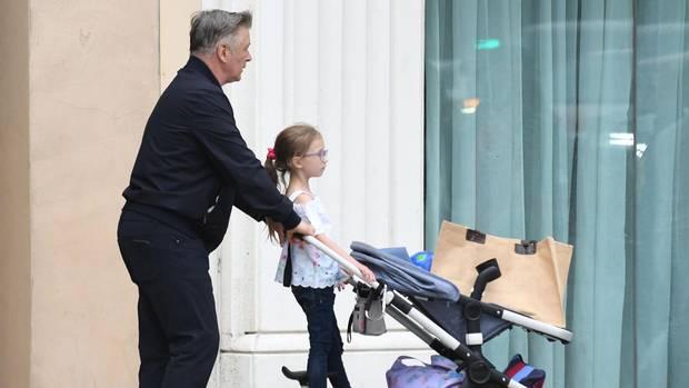 Alec Baldwin schiebt einen Kinderwagen