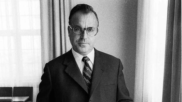 Dr. Helmut Kohl, in schwarz-weiß und mit Anzug aufgenommen