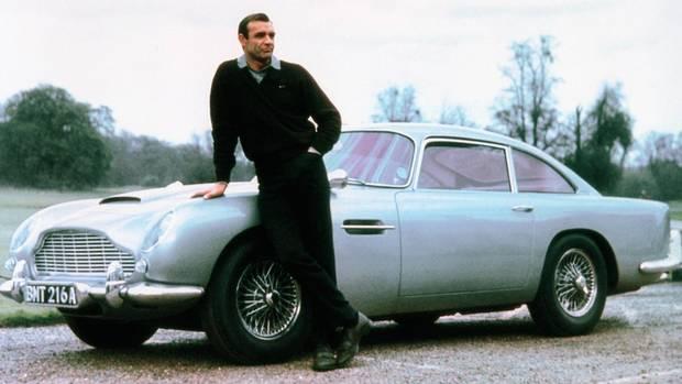 """Sean Connery mit seinem Aston Martin DB5 """"Goldfinger"""""""